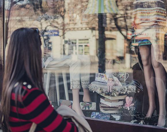 Junge Frau beim Fenster-Shoppen