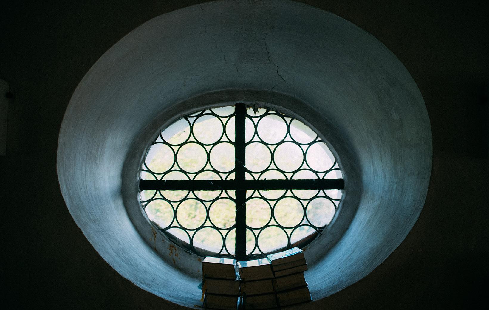 Kirchfenster mit Gesangbüchern