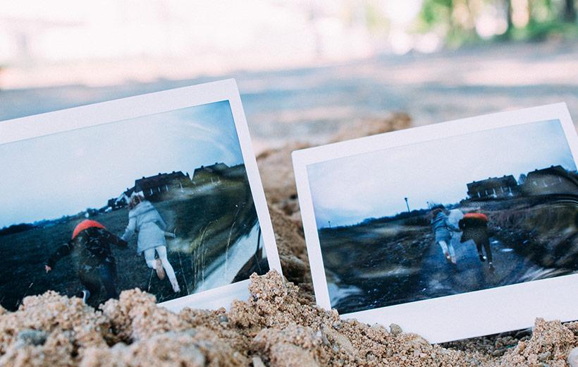 Polaroid mit zwei Menschen die eine Straße entlang rennen