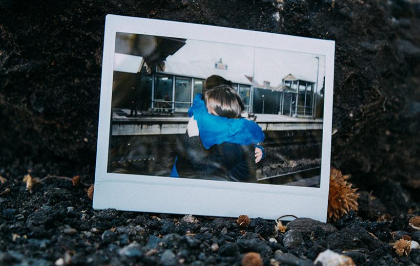 Polaroid mit einem Paar, dass sich umarmt