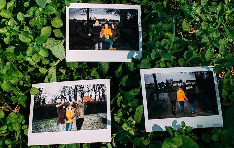 Polaroids auf dem drei Freundinnen zu sehen sind