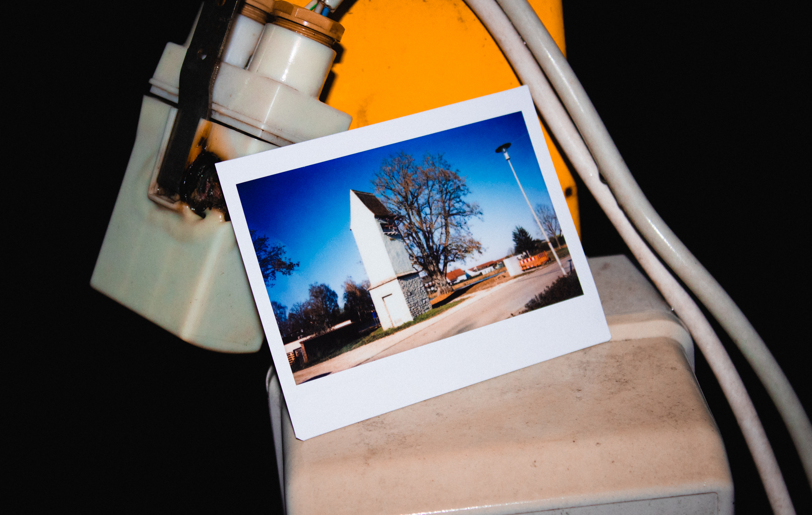 Das bild zeigt ein Polaroid mit einem Stromverteiler