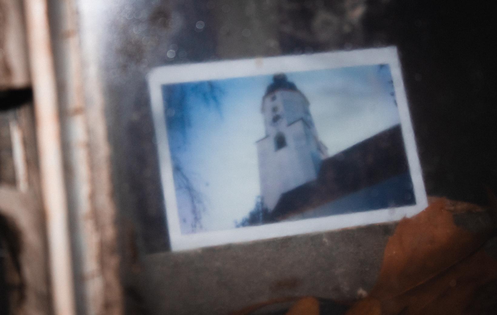 Das Bild zeigt ein Polaroid mit einer Kirche