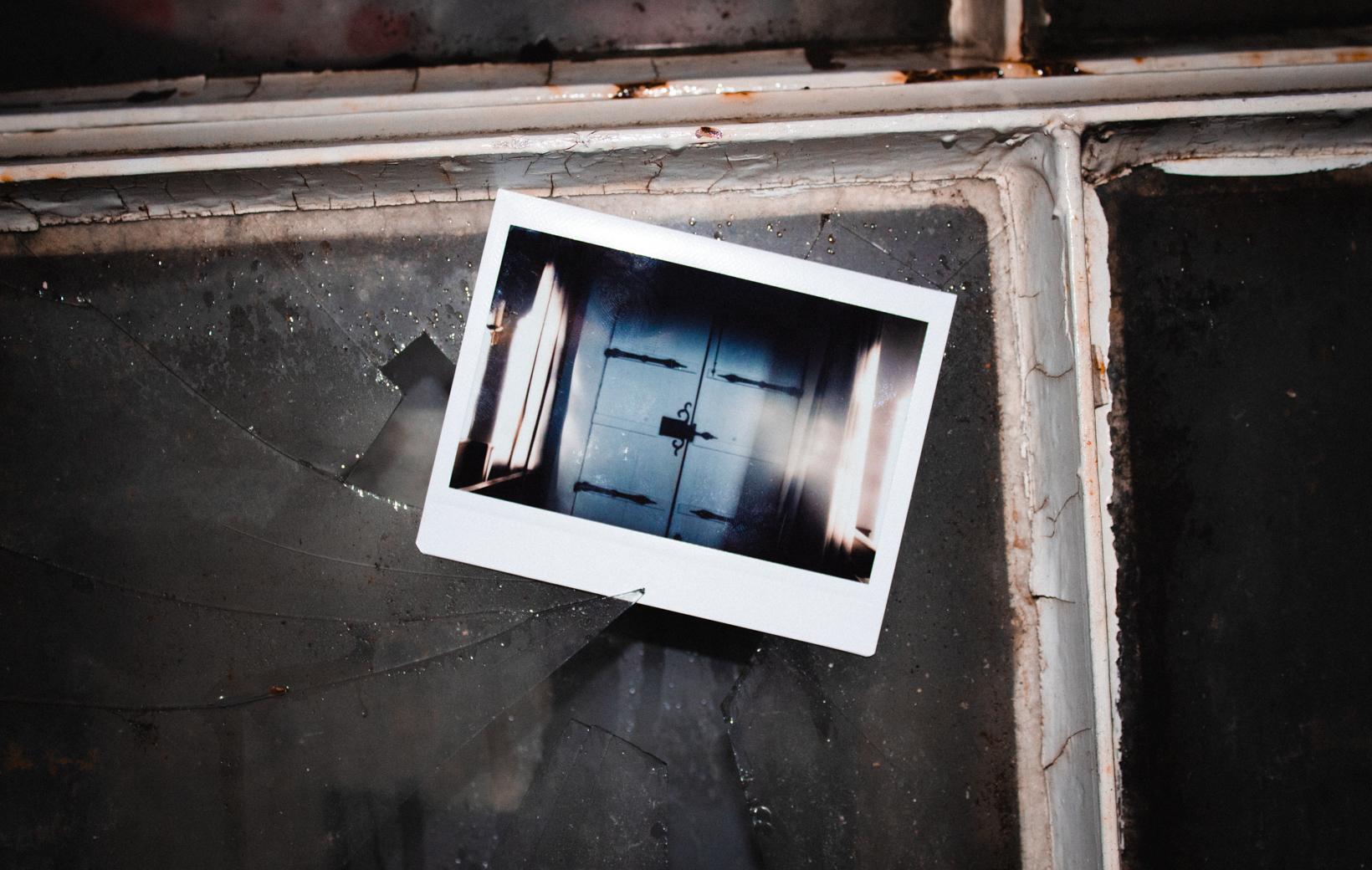 Das Bild zeigt ein Polaroid mit einer Kirchentür