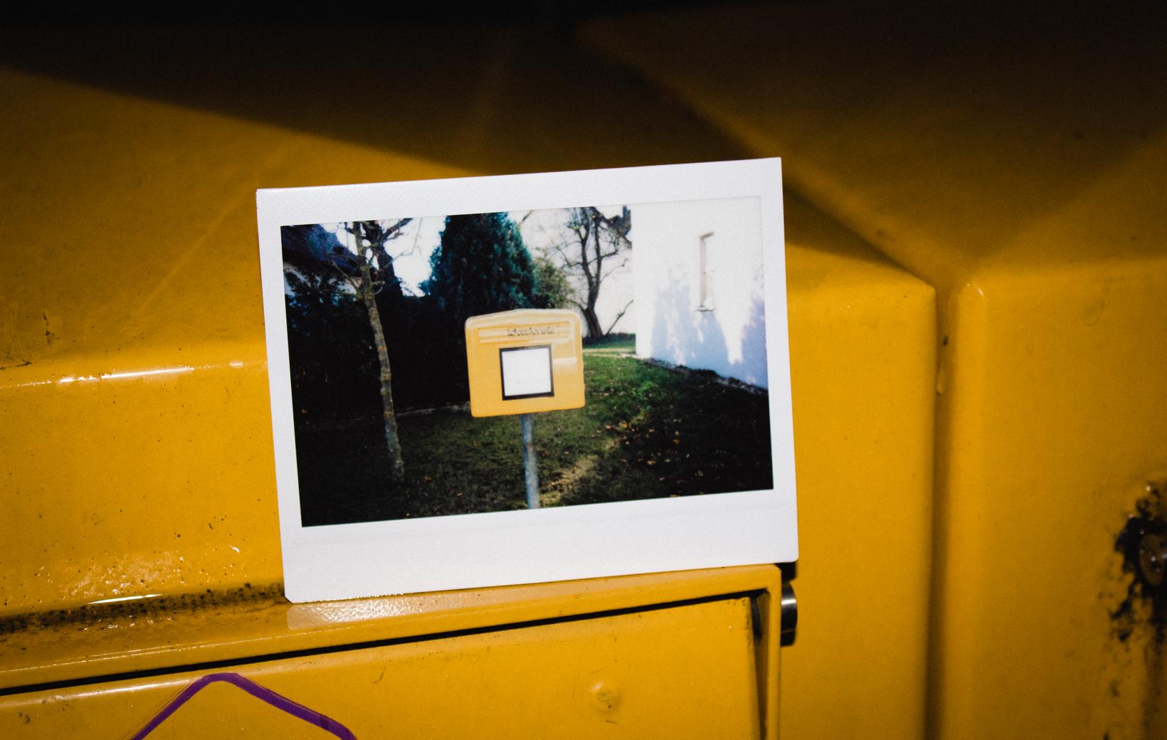 DaS Bild zeigt ein Polaroid von einem Briefkasten