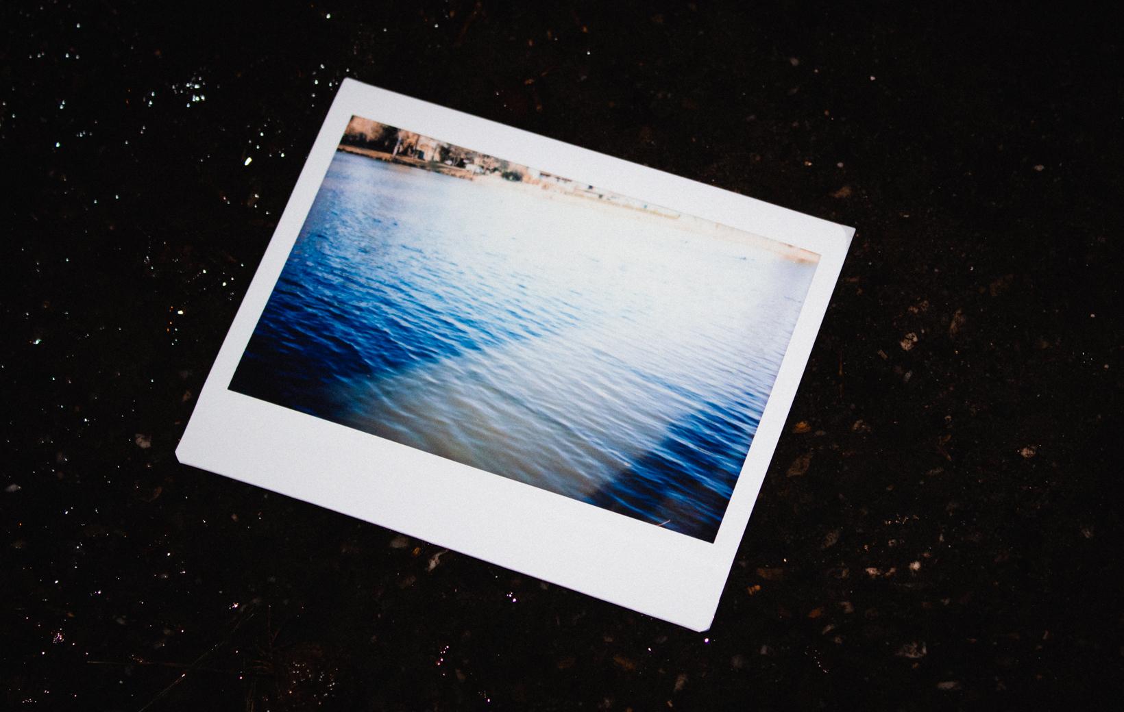Das Bild zeigt ein Polaroid mti einem Fluss