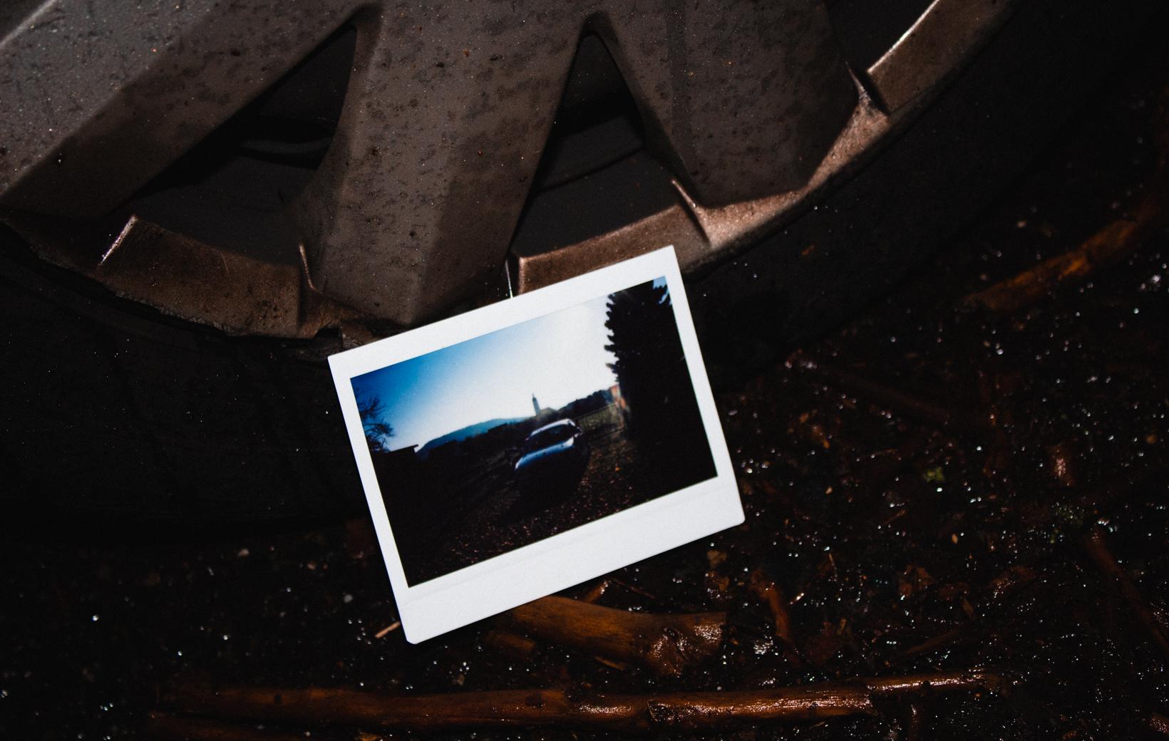 Das Bild zeigt ein Polaroid mit einem Auto