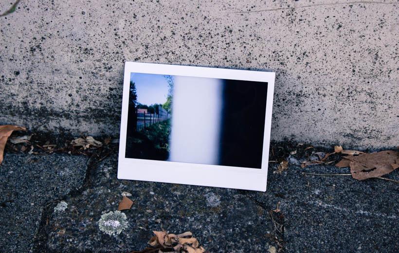 Bild zeigt ein Polaroid mit einer Wand