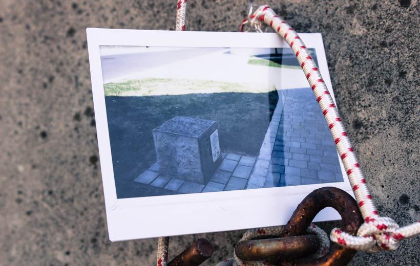 Bild zeigt Polaroid mit einem Betonklotz