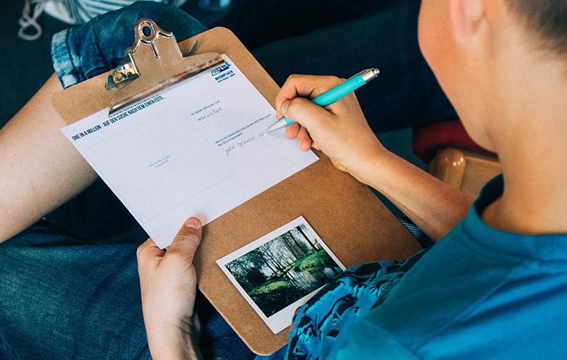 Präpi schreibt Erklärung zu seinem Polaroid