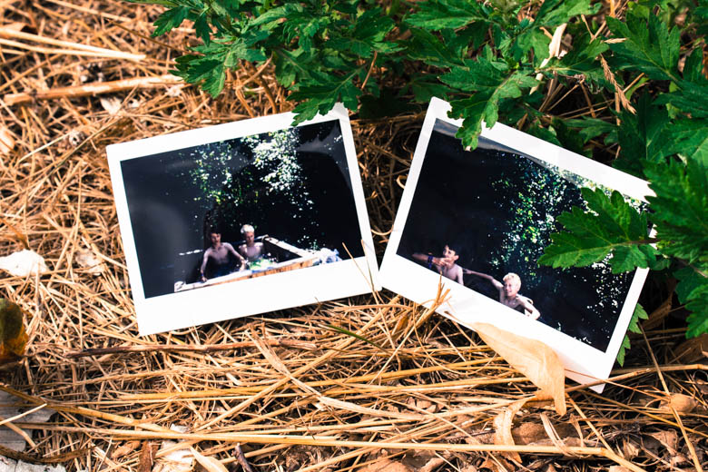 Polaroid zeigt Jungs im Pool