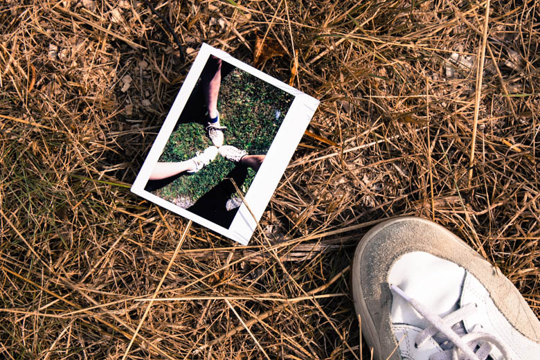 Polaroid zeigt zusammenstehende Füße