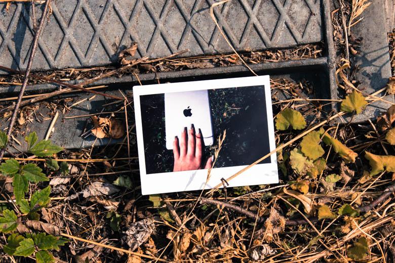 Polaroid mit Tablet