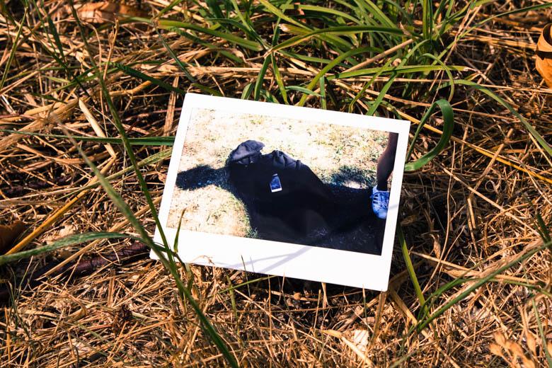 Polaroid mit Jacke und Smartphone