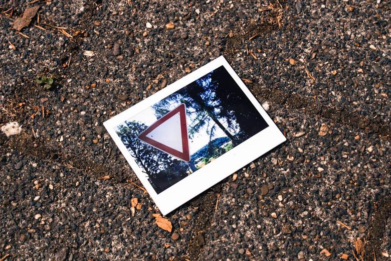"""Polaroid mit """"Vorfahrt gewähren""""-Schild"""