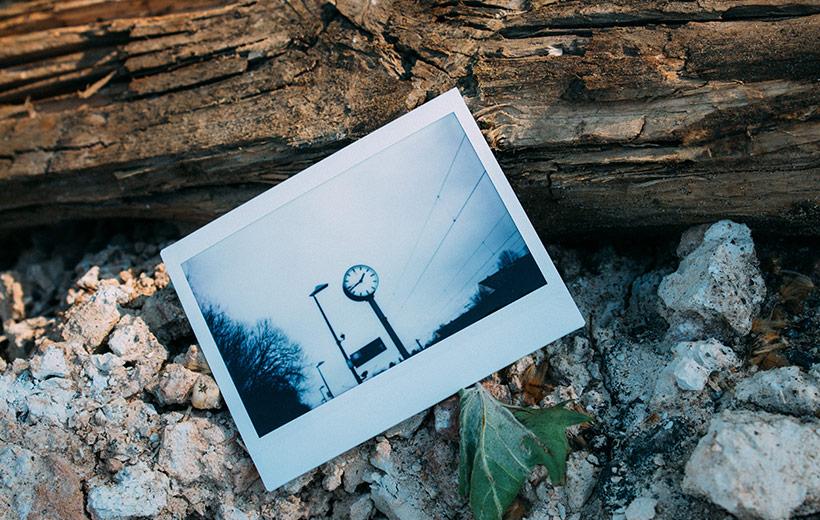 Polaroid zeigt eine Bahnhofsuhr