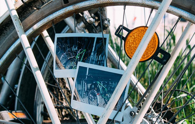 Polaroid auf dem zwei verschiedene Fahrräder zu sehen sind